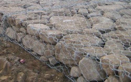 包石头的铁丝网图